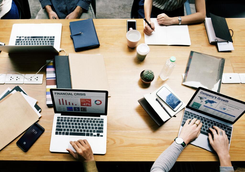 Kuvituskuva, ihmisiä kannettavilla tietokoneilla
