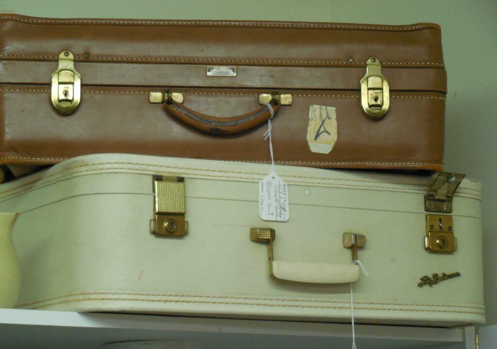 Kuvituskuva kahdesta päällekäin pinotusta matkalaukusta
