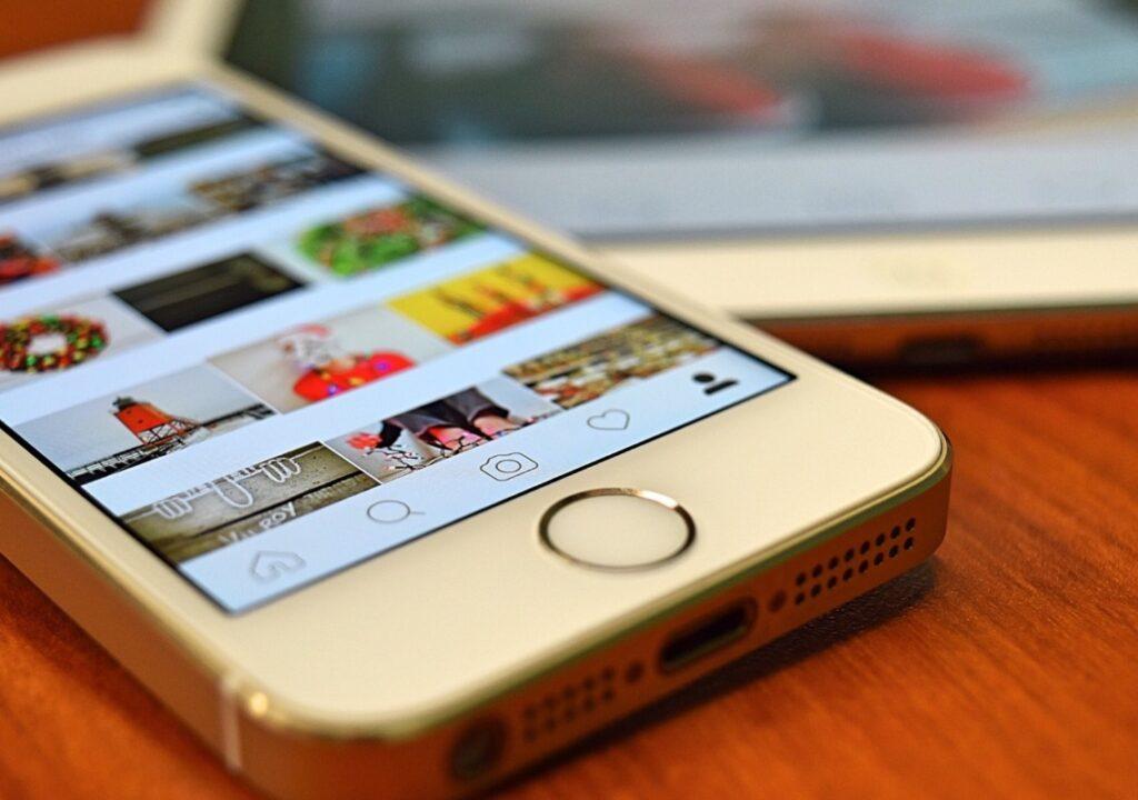 kuvituskuva, jossa puhelimen näytöllä näkymä instagramista