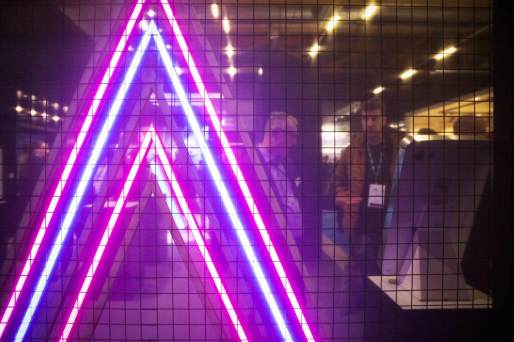 Lähikuva valaistuselementistä Sähkö Valo Tele AV 2020 -messuilla
