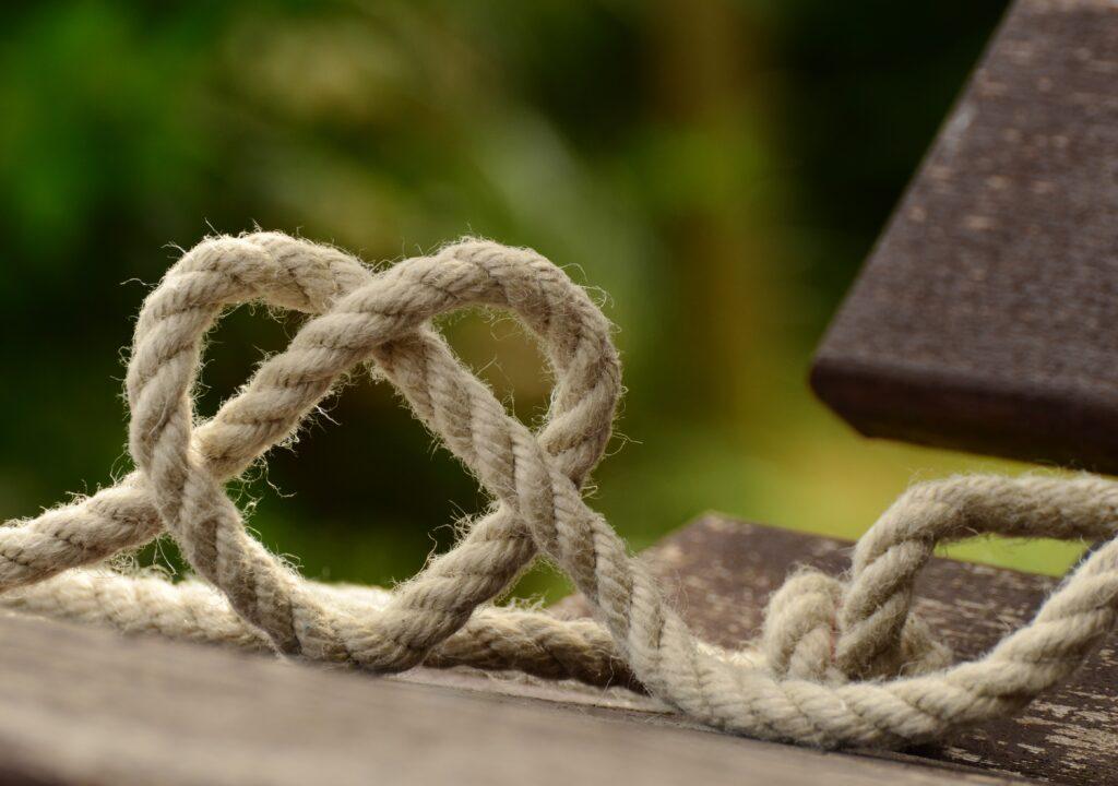kuvituskuva, jossa köydestä muotoiltu sydän
