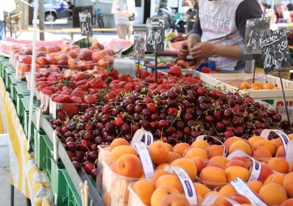 Kuvituskuva, jossa hedelmiä torimyynnissä