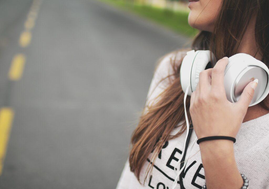 kuvituskuva, jossa nainen kuulokkeet kaulalla