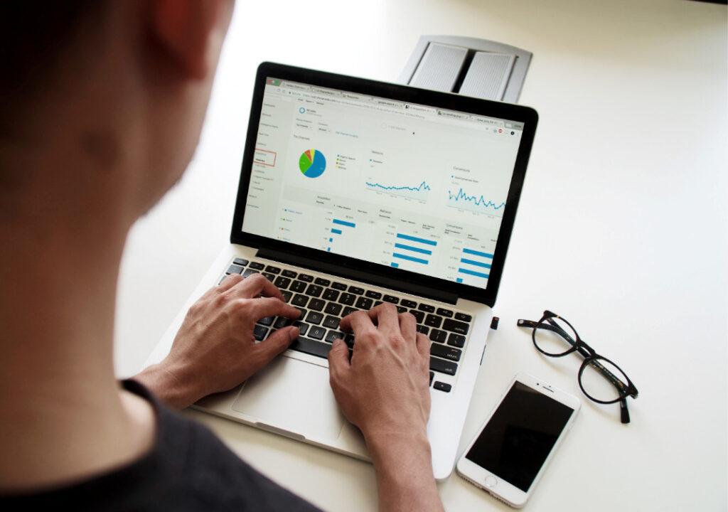 Kuvituskuva, jossa henkilö työskentelee tietokoneella.