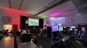 Koulun liikuntasali muuttui e-sportstapahtuman areenaksi, kun sali täytettiin pöydillä, tietokoneilla ja pelaajilla.