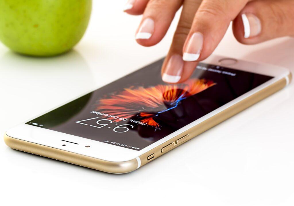 kuvituskuva, jossa naisen käsi käyttää älypuhelinta