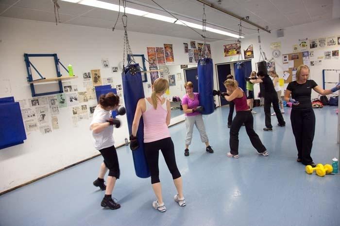 Kuvituskuva naisista nyrkkeilysalilla