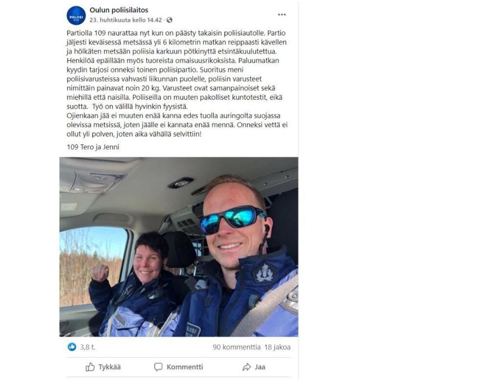 Kuvassa kaksi poliisia poliisiauton kyydissä.