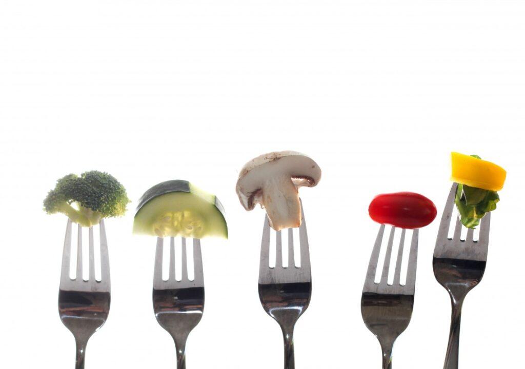 kuvituskuvassa haarukoita, joissa erilaisia kasviksia kuten parsaa, kurkkua ja herkkusientä.