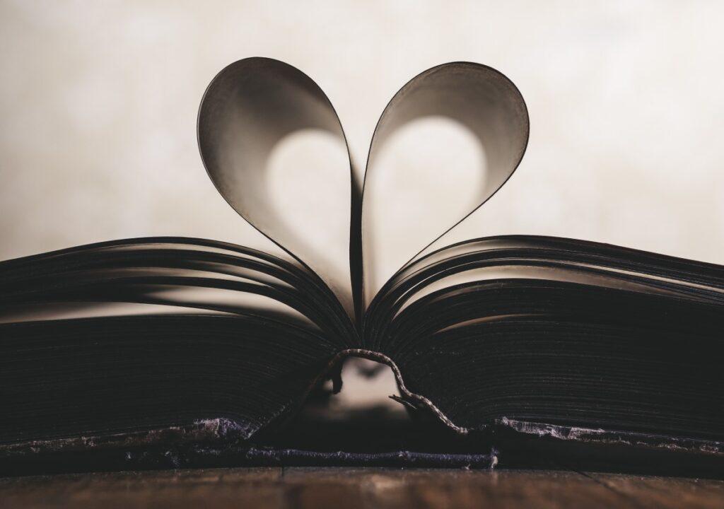 Kuvituskuvassa auki olevan kirjan sivuista on muodostetu sydän.