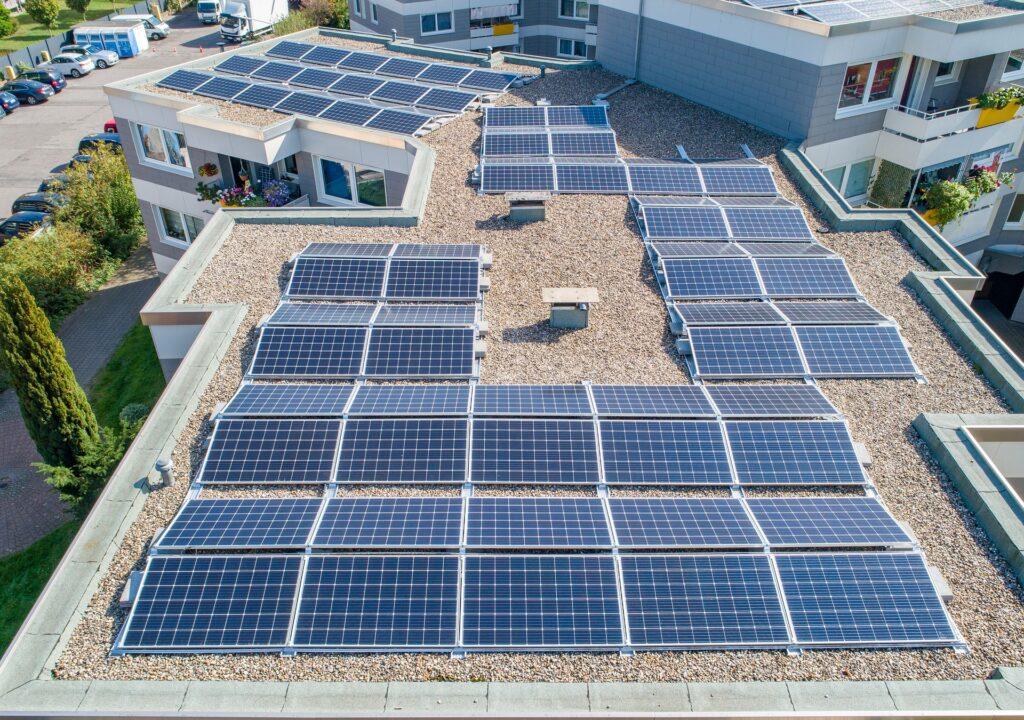 Kuvituskuva aurinkopaneeleista katolla