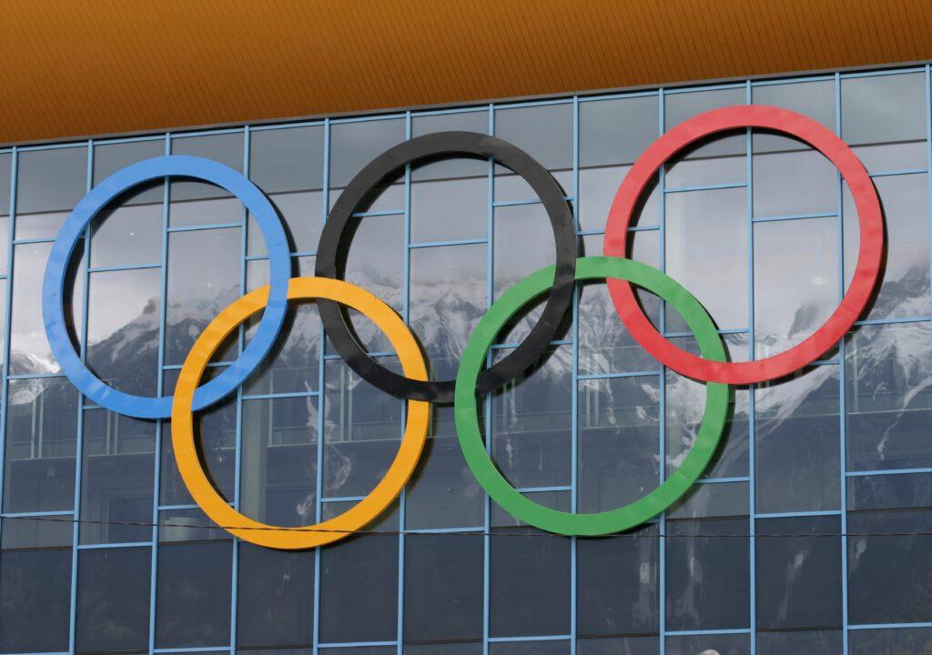 Kuvituskuva, jossa olympiarenkaat rakennuksen seinässä
