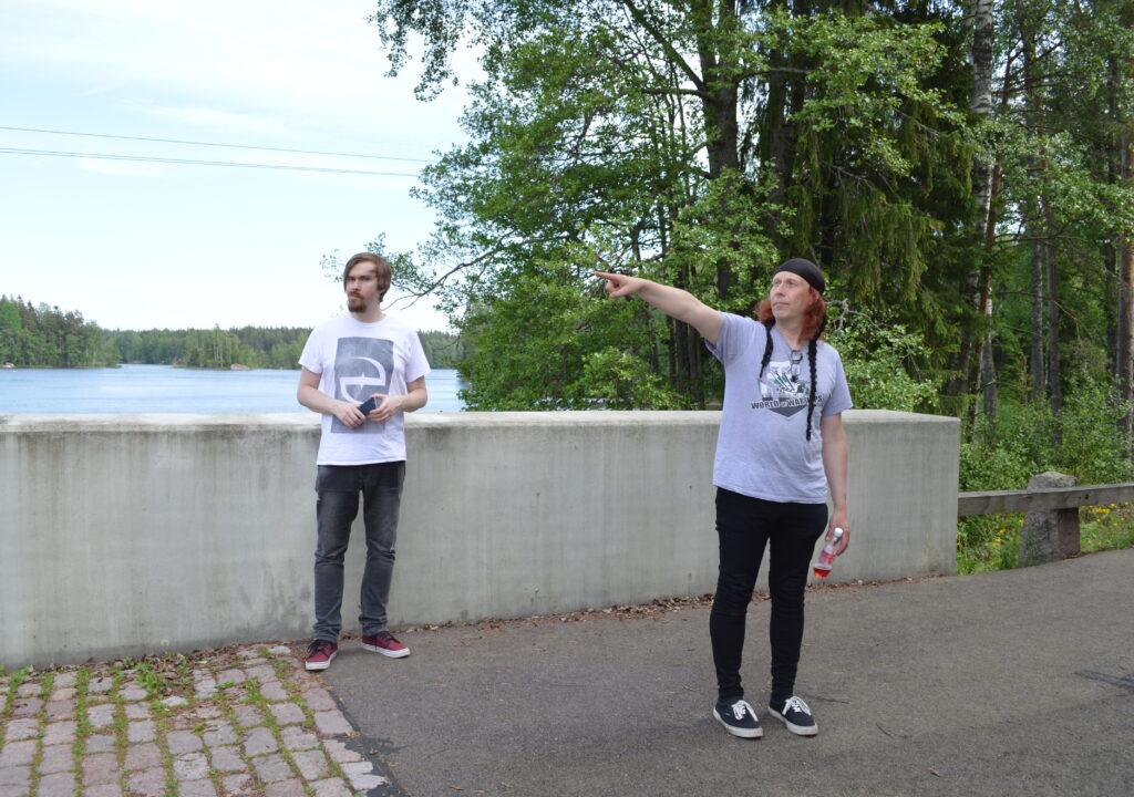 Kuvituskuvassa Kärtsy Hatakka Waltarista viitoittaa Kuninkaantien tulevaisuutta.