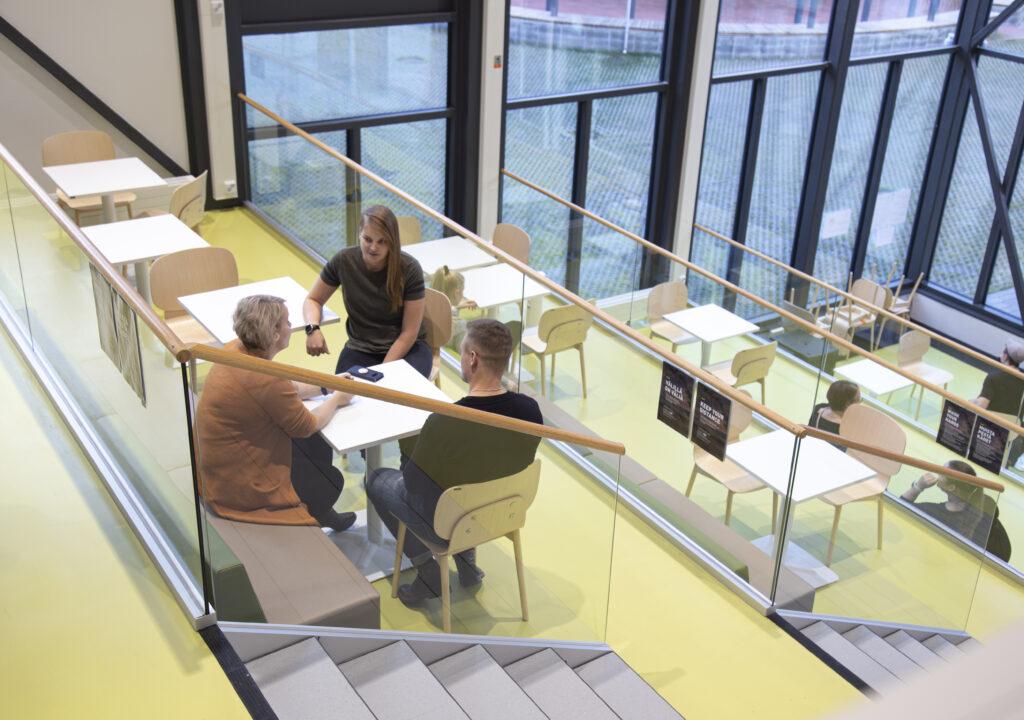 Kuvituskuvassa opiskelijoita tekemässä ryhmätyötä kampuksella.